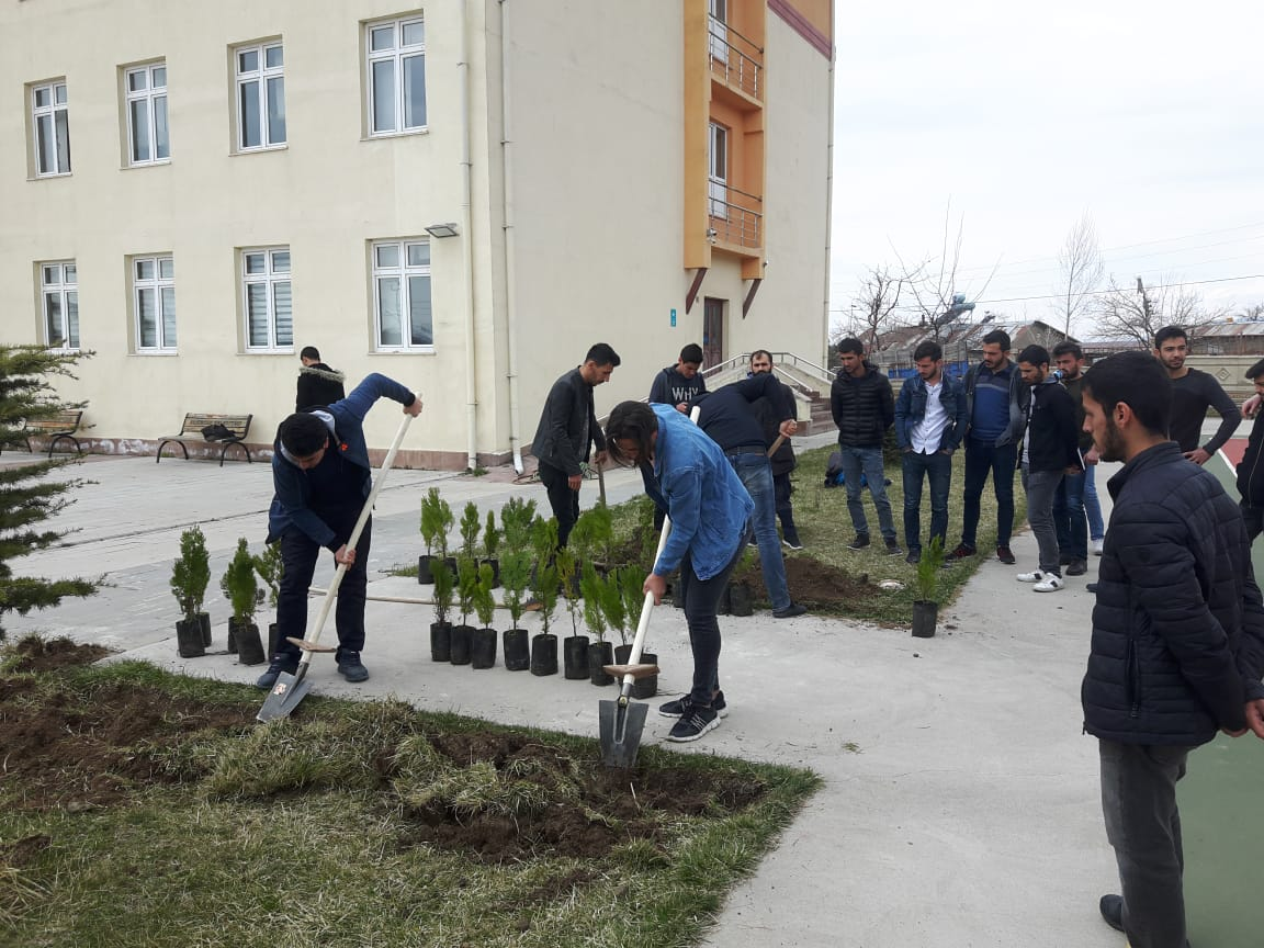 Okulumuz Bahçesinde Ağaç Dikme Etkinliği